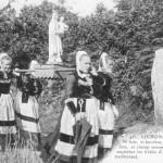 procession devant le menhir de Bourland