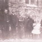 La famille Robin de gauche à droite : Le père Jean Victor, Julien, Hyacinthe, Désiré, Guillaume, Louis , Anne et Lucie sur les genoux de sa mère