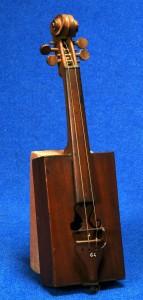 """Le """"violon-boîte-à-cigare"""" avec un manche et un cordier de châtaignier,un des classiques de la lutherie populaire de la Grande Guerre."""