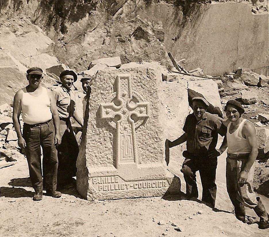 Pierre tombale sculptée par Jean Meingan (à gauche) et ses ouvriers. Carrière du Mez, vers 1960.